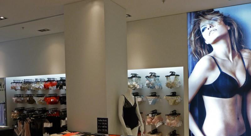 Светеща LED текстилна рамка в магазин